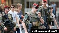 Патрулирование улиц Парижа после теракта в Ницце, 15 июля 2016 года