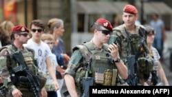 Ushtarët specialë francezë duke patrulluar nëpër rrugët e Nicës