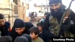 Боевики и дети в Сирии, предположительно выходцы из Узбекистана. Скриншот опубликованного в Интернете видео.