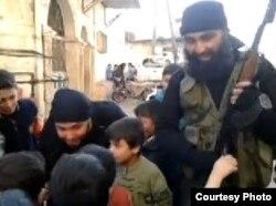 Сириядағы өзбек моджахедтері балалармен сөйлесіп тұр. (Көрнекі сурет)