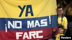 """Колумбийские футбольные болельщики в Боготе перед началом матча с командой Коста-Рики. Надпись на флаге """"Больше никакой FARC!"""""""