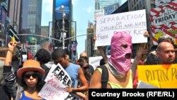 Пратэст у Нью Ёрку супраць прысуду ўдзельніцам гурту Pussy Riot