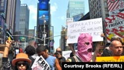 La mitingul de protest de la New York, la 17 august