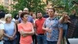 """Жители одного из районов Химок (жилой комплекс """"Берег"""") выясняют отношения с управляющей компанией из-за отключенной за долги горячей водой."""