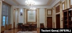 Fotografia e presidentit Thaçi është zhvendosur nga pjesa ballore e zyrës së kryeparlamentares Osmani dhe është vendosur pjesën tjetër të zyrës.