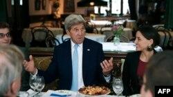 Госсекретарь США сегодня в Тбилиси не скупился на лестные слова в адрес Грузии, недоумавая о том, что «отведав в прошлый раз хачапури и прекрасное вино, я никак не могу понять, почему я не приехал сюда еще раньше»