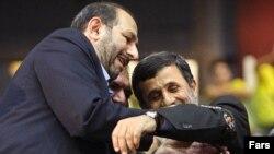 علی سعیدلو در حال بستن بازوبند پهلوانی بر بازوی محمود احمدی نژاد