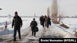 Өзбекстандын ичинде калып калган Кыргызстандын Барак эксклавынын тургундары. Ош облусу, Кара-суу району, 25-январь, 2013