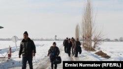 Жители Барака на выезде из села. 25 января 2013 года.