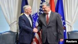Президент України Петро Порошенко і міністр оборони США Джеймс Маттіс (ліворуч). Вашингтон, 20 червня 2017 року