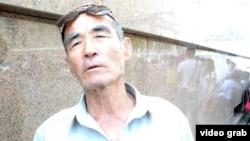 Житель города Байконур у здания акимата. 12 июня 2014 года.