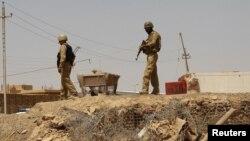 جنود عراقيون على الحدود العراقية السورية في منطقة القائم