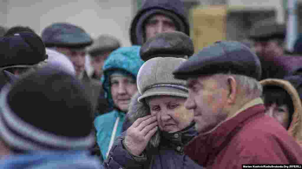 Люди кажуть, що через систему електронного контролю у черзі з української сторони треба стоятидовше