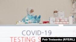 Коронавирусты анықтайтын тест орталығындағы медицина қызметкерлері. Алматы, 14 мамыр 2020 жыл.