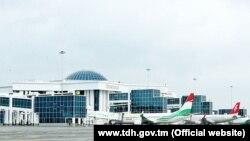 Türkmenistanyň Lebap welaýatynyň Türkmenabat şäherindäki täze halkara aeroport. Türkmen döwlet habarlar (TDH) gullugynyň websaýtyndan alnan surat