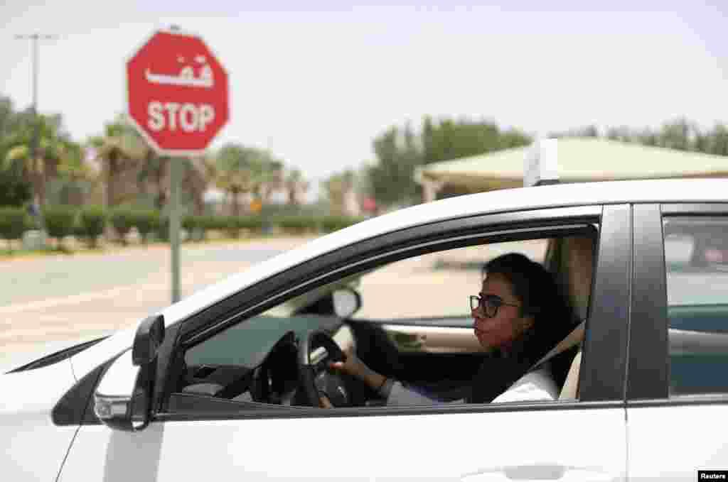 В Саудовской Аравии против вождения автомобиля женщинами выступали консервативные исламисты. Женщины, отстаивавшие это право, часто подвергались наказаниям и арестам.