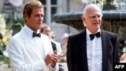 Glumac Roger Moore (L) i Willoughby Gray na snimanju filma o jamesu Bondu 1984
