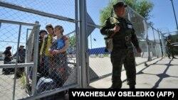 Пограничный пункт пропуска на кыргызско-узбекской границе в Кара-Суу, примерно в 500 км к юго-востоку от Бишкека. 12 мая 2017 года.