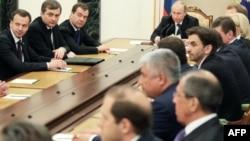 Ռուսաստան -- Վարչապետ Դմիտրի Մեդվեդեւը (3-ը աջից) եւ նախագահ Վլադիմիր Պուտինը (սեղանի գլխավերեւում) մասնակցում են նոր ձեւավորված կառավարության նիստին, Մոսկվա, 21-ը մայիսի, 2012թ․