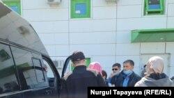 Родственники Асель Айтпаевой встречают в аэропорту рейс, доставивший тело погибшей в Грузии на родину. Нур-Султан, 12 мая 2021 года.