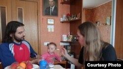 Маці Тацяна і бацька Аляксандар з дачкой Мар'ям