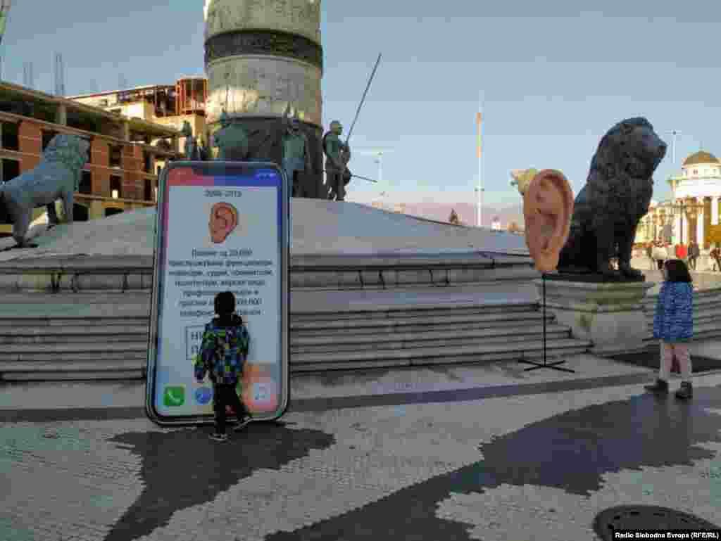 """""""Veliko uho"""" pored spomenika Aleksandra Makedonskog u centru Skoplja. Podsećanje SDSM na aferu prisluškivanje, te optužbe da je nekadašnja vlast prisluškivala više od 20.000 ljudi."""