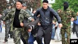 Пророссийские активисты ведут пленного в Донецке. 5 мая 2014 года.