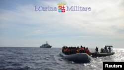 Pamje e imigrantëve të mëparshëm në bregdetin italian