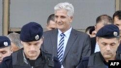Anti-korrupsiya prokuroru Mərkəzi Bankın keçmiş direktoru Hashim Rexhepi (mərkəzdə) əleyhinə cinayət işini araşdırırmış.