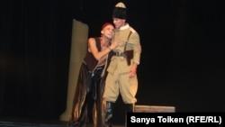 Рустем Зиннуров (слева) в постановке «Иблис». Актау, 13 сентября 2018 года.