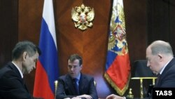 После увольнения неглавных транспортников, президент начал назначать неглавных замов в МВД. Справа Виктор Кирьянов