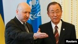 Украина президентінің міндетін атқарушы Александр Турчинов (сол жақта) пен БҰҰ бас хатшысы Пан Ги Мун. Киев, 21 наурыз 2014 жыл.