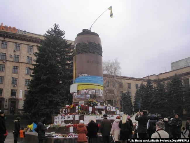 Дніпро, постамент вже без пам'ятника Леніну, весна 2014 року
