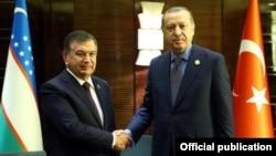Президенты Узбекистана и Турции Шавкат Мирзияев (слева) и Реджеп Тайип Эрдоган. Пекин, май 2017 года.