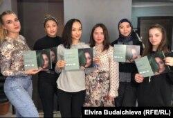Назикат Шаршенбаева с ученицами.