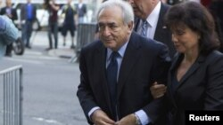U.S. -- Former IMF chief Dominique Strauss-Kahn and his wife Anne Sinclair arrive for a hearing at the New York State Criminal Courthouse in New York, 06Jun2011