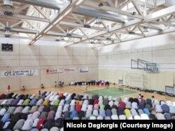 Южный Тироль: мусульмане молятся в спортивном комплексе. Снимок итальянского художника Николо Диджорджиса