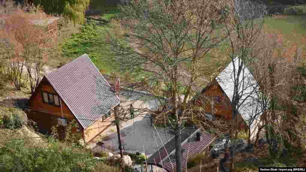 Поруч з озером кілька років тому «виросли» будиночки для відпочинку