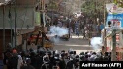 Полиция применила слезоточивый газ против участников протеста против предполагаемого бездействия полиции при расследовании дела о возможном изнасиловании и убийстве семилетней девочки, пропавшей на прошлой неделе. Карачи, 17 апреля 2018 года.