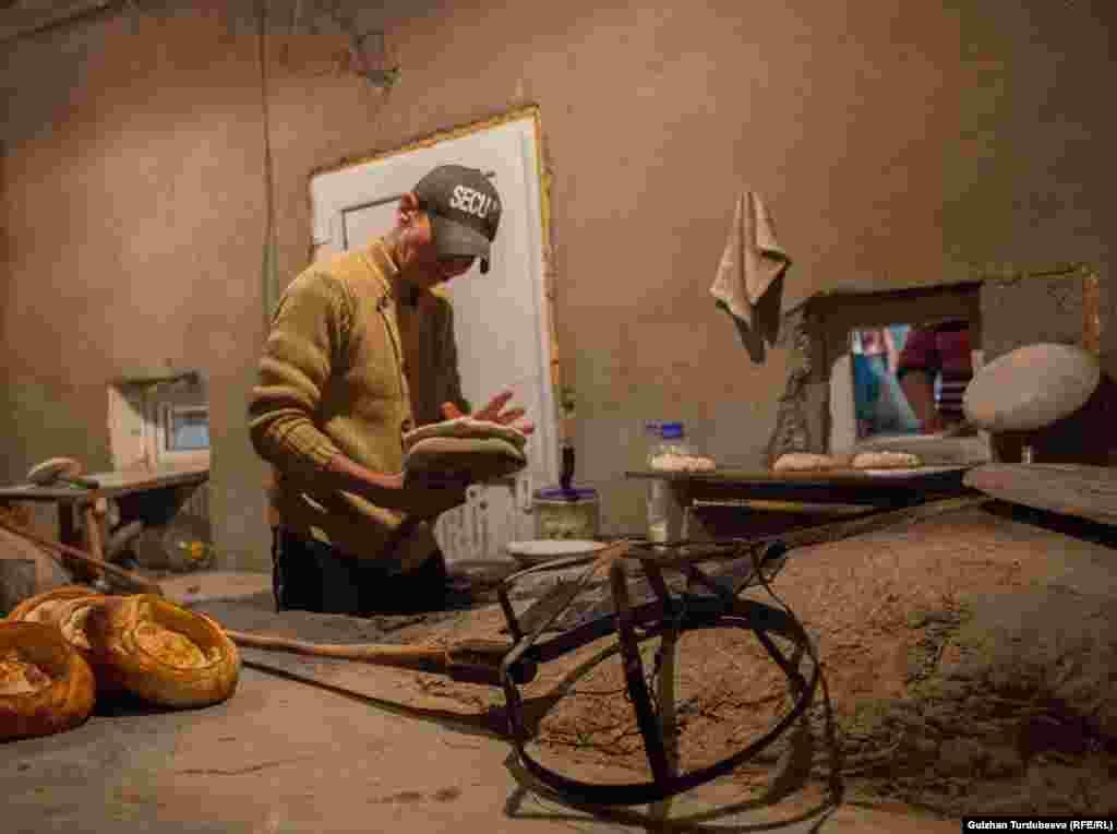 Наабайканада жумуш түнкү саат 12:00дө башталат. Бул убакта камыр жуурулуп, түнкү саат 2:00дө даяр болгон камырдан токоч үзүлүп, андан соң тандырга жабылат.