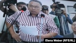 Адвокат Мейрам Шаймерденов, защищающий бывшего главу отдела ЖКХ города Караганды Айдоса Жакенова, заявляет отвод судье. Караганда, 10 августа 2015 года.