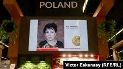 Un panou festiv la standul Poloniei...