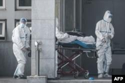 Doktorët trajtojnë një person që dyshohet se është prekur nga virusi i ri. Kinë, 18 janar, 2020.