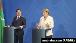 Türkmenistanyň prezidenti Gurbanguly Berdimuhamedow (ç) we Germaniýanyň kansleri Angela Merkel (s), Berlin, 29-njy awgust, 2016.