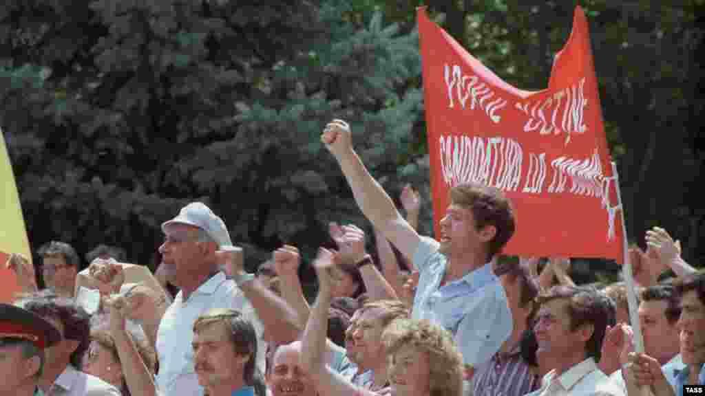 """Un miting organizat de Frontul Popular al Moldovei în iunie 1989, cerând ca limba """"moldovenească"""" să fie recunoscuți ca limbă oficială."""