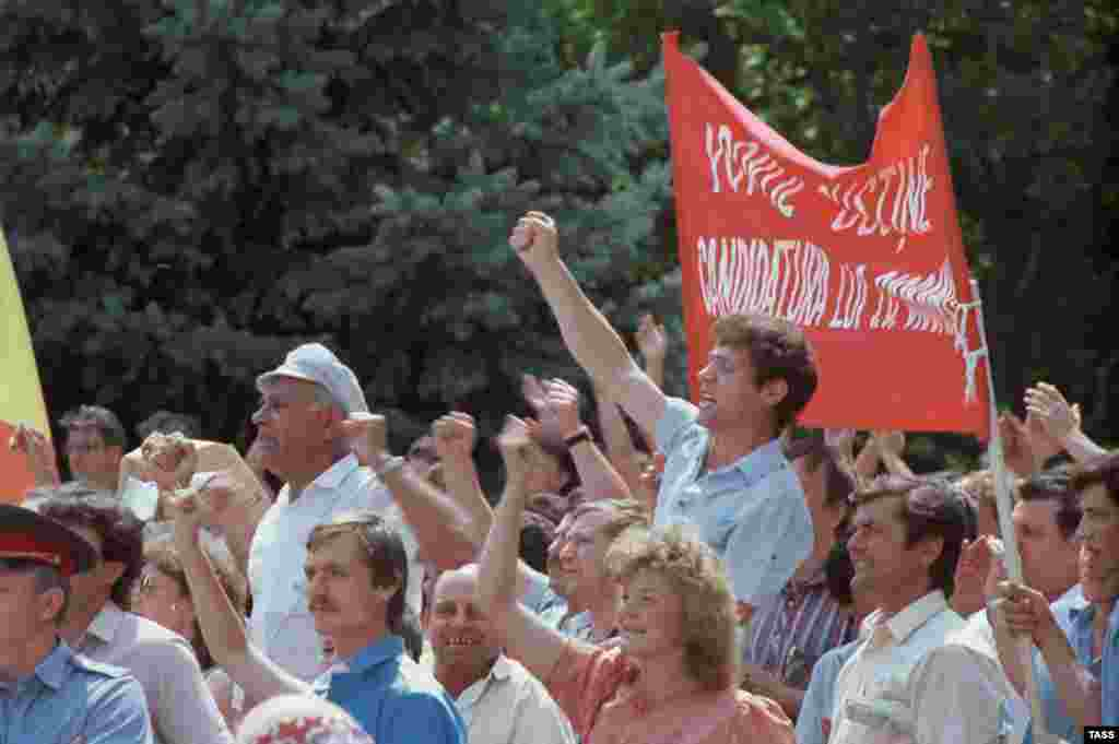 A rally organized by the Popular Front of Moldova demands new laws establishing the Moldovan language as a state language in June 1989.