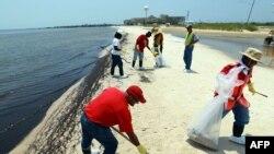 Работы по очистке побережья США