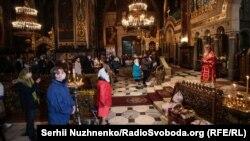 Kiev: slujba de Înviere la Catedrala Sf.Vladimir, în care credincioșii au încercat să păstreze distanța fizică recomandată pe timp de pandemie, 18 aprilie 2020.