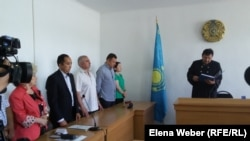 Подсудимые и их адвокаты во время оглашения приговора по делу о прорыве Кокпектинской плотины. 20 июня 2016 года.