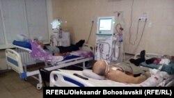 Пацієнти, підключені до апарату з фільтрування крові, Краматорськ, Донецька область, 19 березня 2020 рік